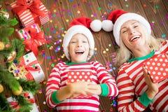 Счастливая семья держа подарочные коробки рождества Стоковые Изображения RF