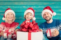 Счастливая семья держа подарочные коробки рождества Стоковые Фотографии RF