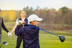 Счастливая семья играет гольф в осени стоковое изображение rf