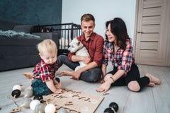 Счастливая семья играет совместно на поле Стоковая Фотография RF