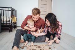 Счастливая семья играет совместно на поле Стоковое Изображение RF
