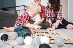 Счастливая семья играет совместно на поле Стоковое фото RF