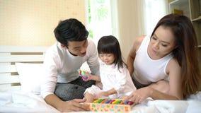 Счастливая семья играя в кровати сток-видео