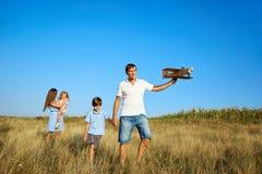 Счастливая семья играя прогулки на природе в лете Стоковое фото RF