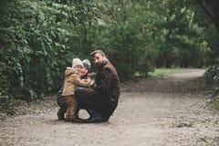 Счастливая семья играя с терьером лисы собаки внешним Стоковые Фотографии RF