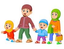 Счастливая семья идет вместе с их новыми одеждами для праздновать ied mub бесплатная иллюстрация