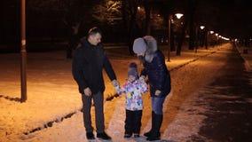 Счастливая семья идя в покрытый снег парк видеоматериал