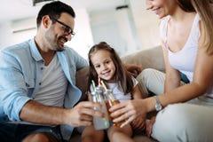 Счастливая семья имея время потехи дома стоковое фото rf