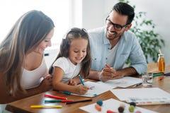 Счастливая семья имея время потехи дома стоковые изображения rf