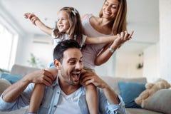 Счастливая семья имея время потехи дома стоковая фотография