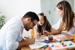 Счастливая семья имея время потехи дома стоковые изображения