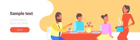Счастливая семья имея еду домохозяйки завтрака служа к ее супругу и детям сидя на dinning мультфильме таблицы бесплатная иллюстрация