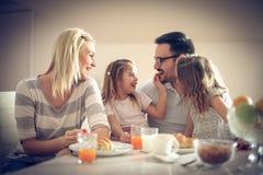Счастливая семья имея завтрак стоковая фотография rf