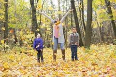 Счастливая семья имея потеху на красивый день осени Стоковое Фото