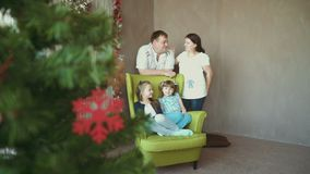 Счастливая семья и 2 дочери ждут их ребенка видеоматериал