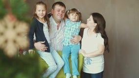 Счастливая семья и 2 дочери ждут их ребенка сток-видео