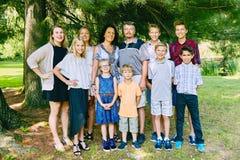 Счастливая семья 11 людей стоя под 3 Стоковые Фотографии RF