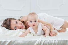 Счастливая семья, мать и ее сын младенца играя и smilling на ба Стоковые Фотографии RF