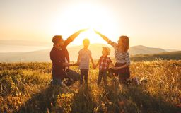 Счастливая семья: мать, отец, дети сын и дочь на sunse стоковое фото