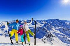 Счастливая семья наслаждаясь каникулами зимы в горах стоковые изображения rf