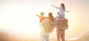 Счастливая семья на заходе солнца стоковое изображение rf