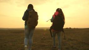 Счастливая семья на перемещениях каникул Перемещение мамы и дочери с рюкзаком против неба Туристы мать и ребенок идут к акции видеоматериалы