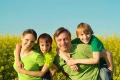 Счастливая семья переместила на викэнды к природе Стоковое Изображение RF