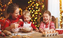 Счастливая семья печет печенья рождества стоковые изображения