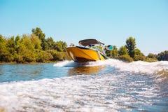 Счастливая семья плавая моторка вниз с реки Стоковые Фотографии RF
