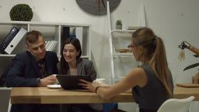 Счастливая семья покупая новый дом в недвижимом агенстве видеоматериал