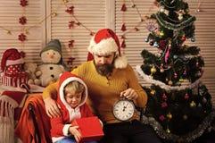 Счастливая семья празднует Новый Год и рождество стоковые изображения