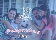 Счастливая семья празднуя День независимости дома Стоковые Фотографии RF