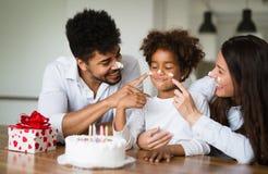 Счастливая семья празднуя день рождения их ребенка Стоковые Изображения RF