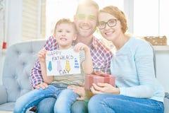 Счастливая семья представляя на день отцов в солнечном свете стоковые изображения