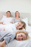 Счастливая семья принимая остальные Стоковая Фотография RF