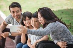 Счастливая семья принимая selfie совместно Стоковые Изображения RF
