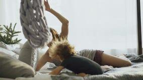 Счастливая семья при молодая милая дочь играя в кровати дома видеоматериал
