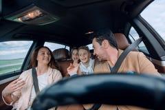 Счастливая семья путешествуя автомобилем Стоковое фото RF