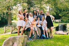 Счастливая семья сидя на камнях и связывая Стоковое фото RF