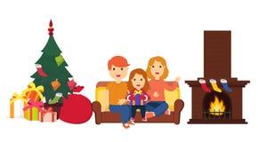 Счастливая семья сидя на софе бесплатная иллюстрация