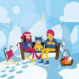 Счастливая семья сидя на стенде на холме в горах и выпивая горячих чае или какао Холодная погода зимы, толстый снег, christm Стоковое фото RF