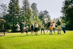 Счастливая семья 11 скача в парк лета Стоковые Фотографии RF