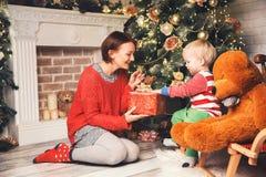 Счастливая семья среди украшений рождества дома Стоковые Фотографии RF