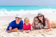 Счастливая семья с детьми идет на пляж на заходе солнца стоковые изображения rf