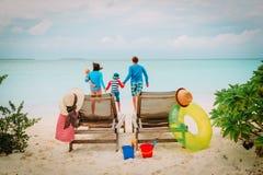 Счастливая семья с 2 детьми на каникулах пляжа Стоковые Изображения RF
