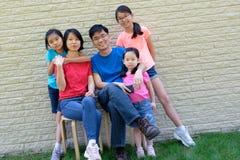 Счастливая семья с детьми outdoors во время лета стоковая фотография