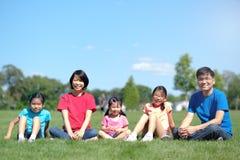 Счастливая семья с детьми outdoors во время лета стоковое изображение