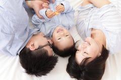 Счастливая семья с дет в кровати Стоковые Изображения