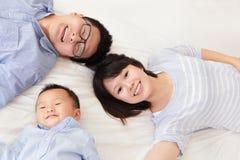 Счастливая семья с дет в кровати Стоковое фото RF