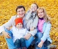 Счастливая семья с дет в парке осени Стоковое Фото